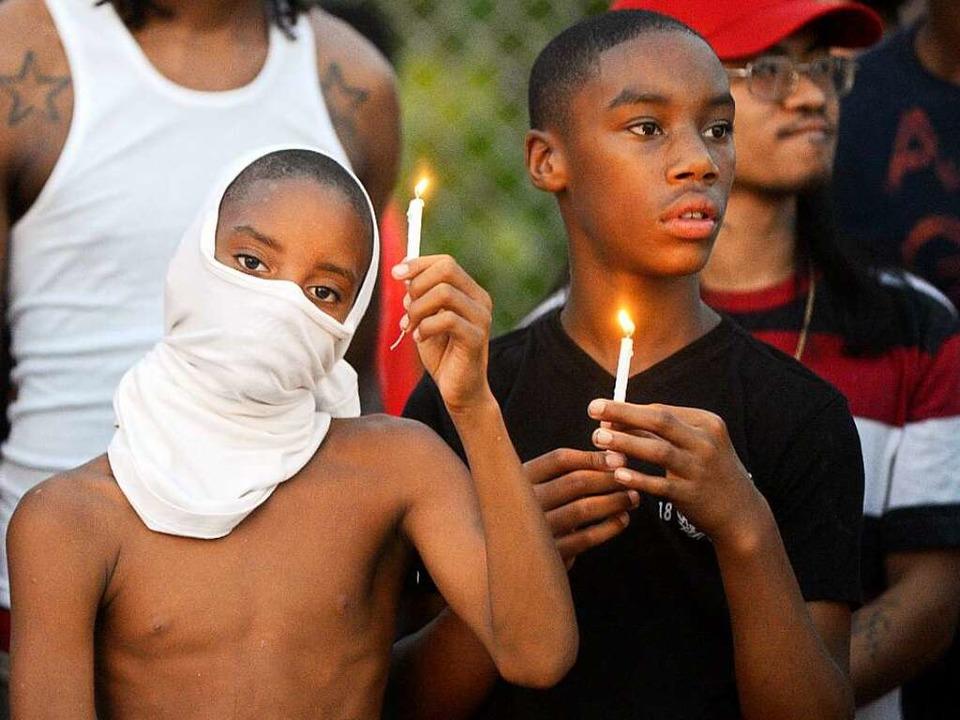Demonstranten in Ferguson erinnern an den erschossenen Teenager Michael Brown.     Foto: dpa