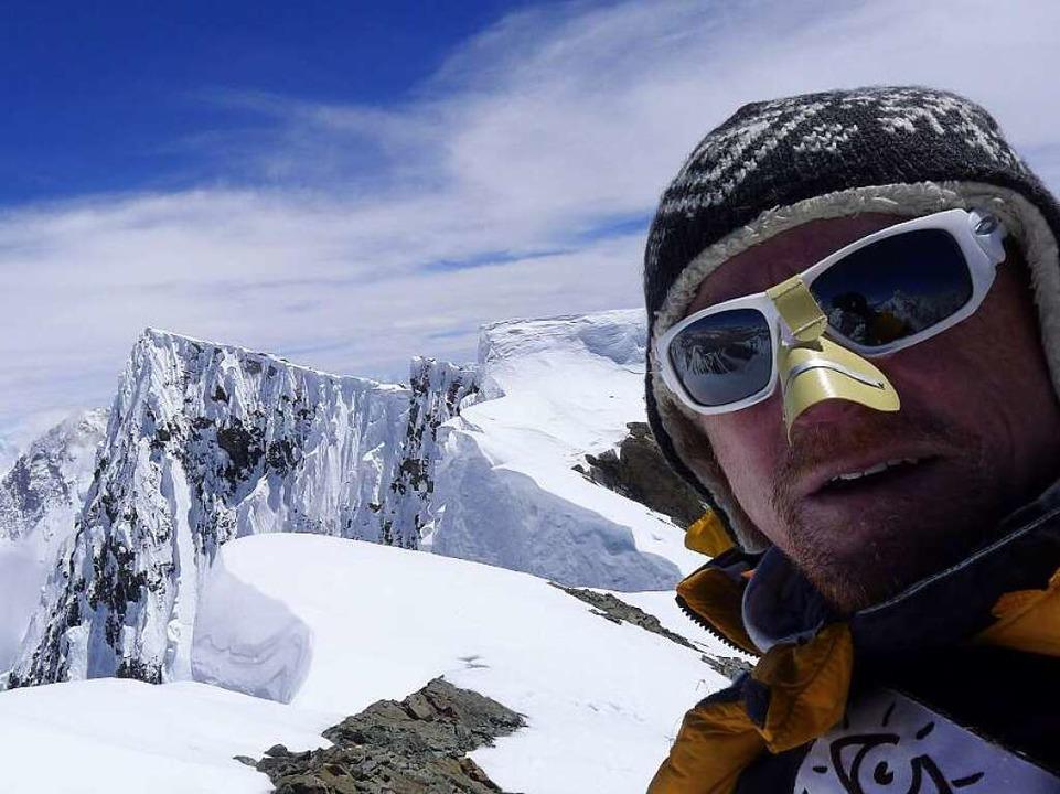 Der Lahrer Bergsteiger Richard Stihler...m Hintergrund ist der Gipfel zu sehen.    Foto: Felizitas Farrenkopf