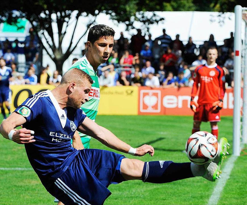 Raphael Klein von Waldkirch (l) und Fürth's Robert Zulj kämpfen um den Ball.  | Foto: dpa