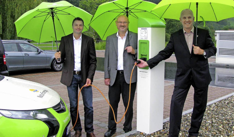 Mit einem Klick des Spezialsteckers  i...n der EnergieDienst-Geschäftsleitung.   | Foto: Manfred Lange