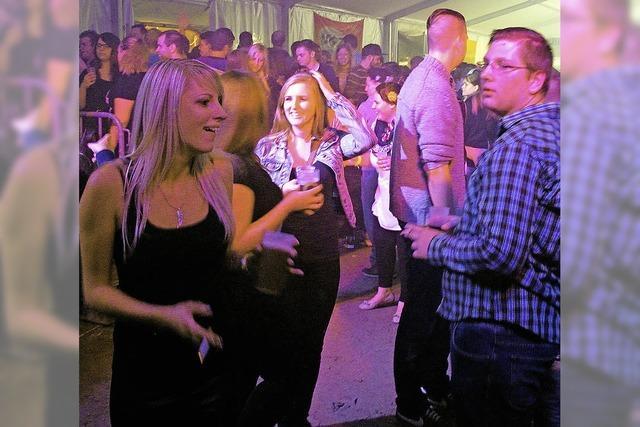 Partygäste kommen in Scharen