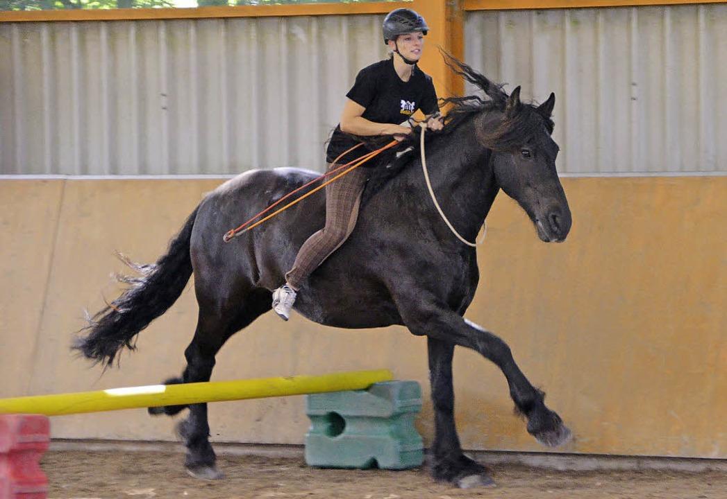Ohne Sattel ohne Zaumzeug: Hier stimmt...ziehung zwischen Pferd und Reiterin.    | Foto: Juliane Kühnemund