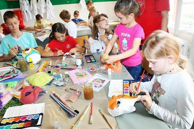 Kinder bauen ganz begeistert Masken