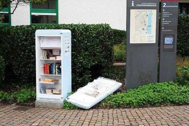 Bücherschrank vorm Kursaal zerstört