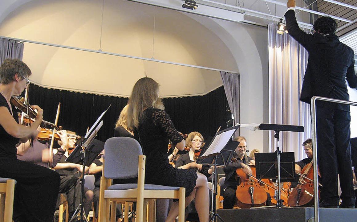 Manuel Nawri dirigiert die Camerata Ac...gat war ausgesprochen ausdrucksstark.   | Foto: Hildegard Karig