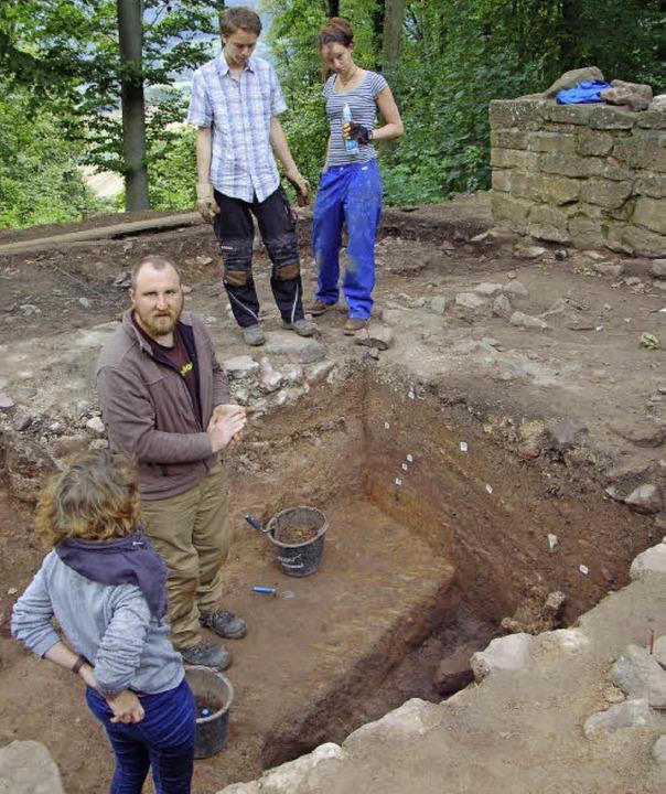 Benjamin Hamm (oben, Mitte) steht mit ...te helfen beim Vermessen der Grabung.   | Foto: Frank Kiefer