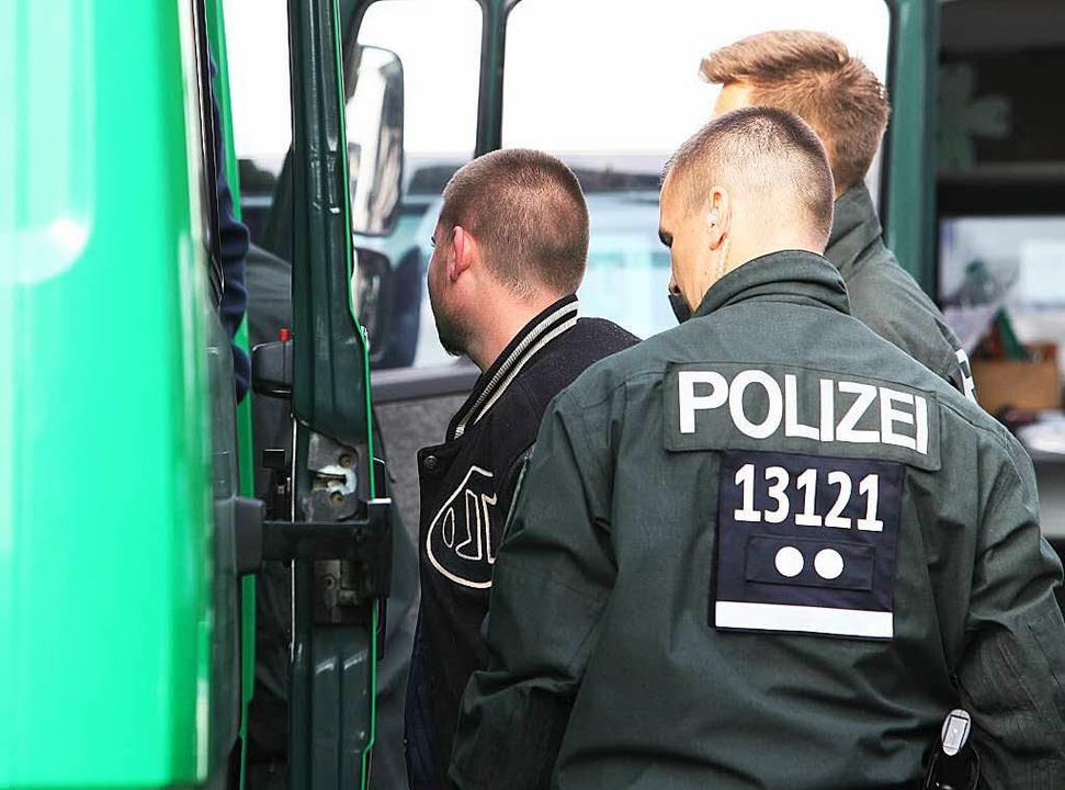 Berlins Polizisten tragen im Einsatz schon   individuelle Nummern.    Foto: dpa