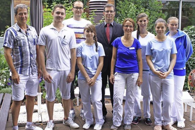 Junge Menschen arbeiten freiwillig für andere