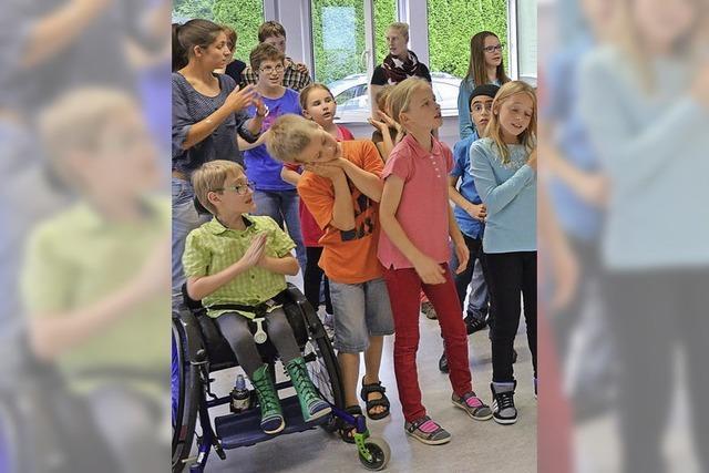 Kinder mit und ohne Behinderung üben für Musical