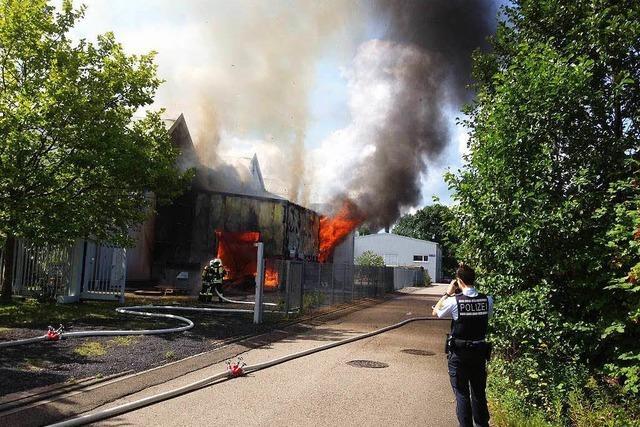 Lagerhalle in Achern in Flammen