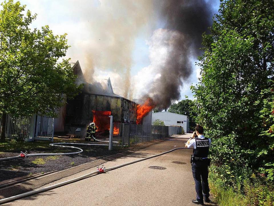 In Achern brennt eine Lagerhalle.