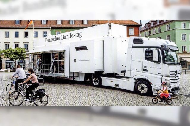 Ein Lastwagen, voll mit politischen Informationen