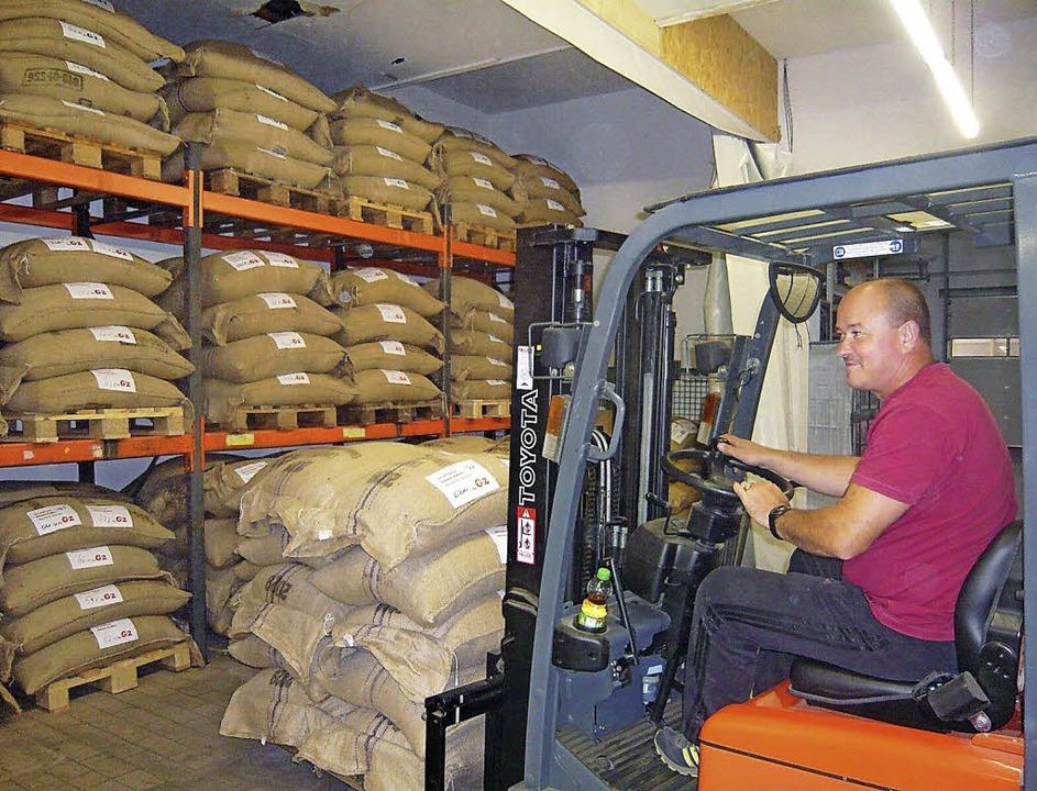 33 Tonnen Rohkaffee sind aus Dikome ei...ins Lager im Kaffeecenter in Langenau.  | Foto: Klaus Brust