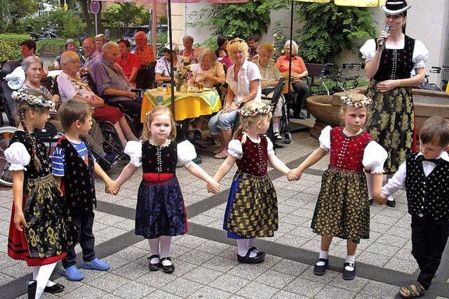 Blumen, Tänze und Musik für die Senioren