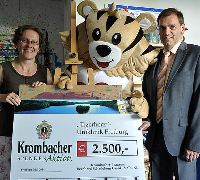 Der  Robert Disch übergab  den Scheck an Bianca Czichy vom  Tumorzentrums.    Foto: Jörg Schimanski