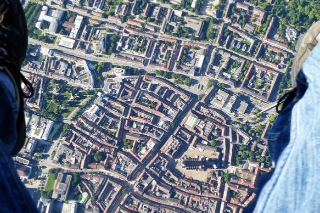 So sieht Freiburg aus der Perspektive eines Gleitschirmfliegers aus
