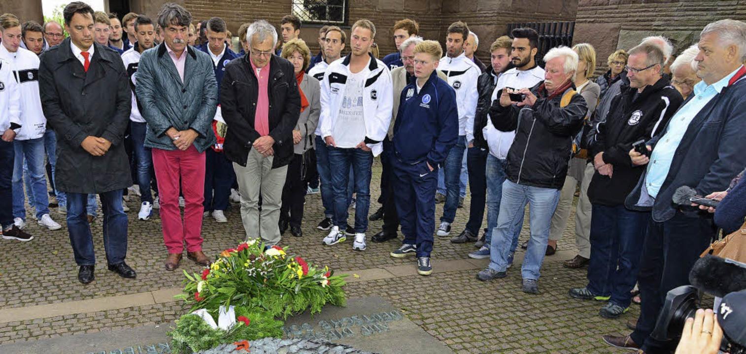 <Text>Kranzniederlegung am  Gedenkstei... Emmendingen und des FC Newark.</Text>  | Foto: Hans Meidhof