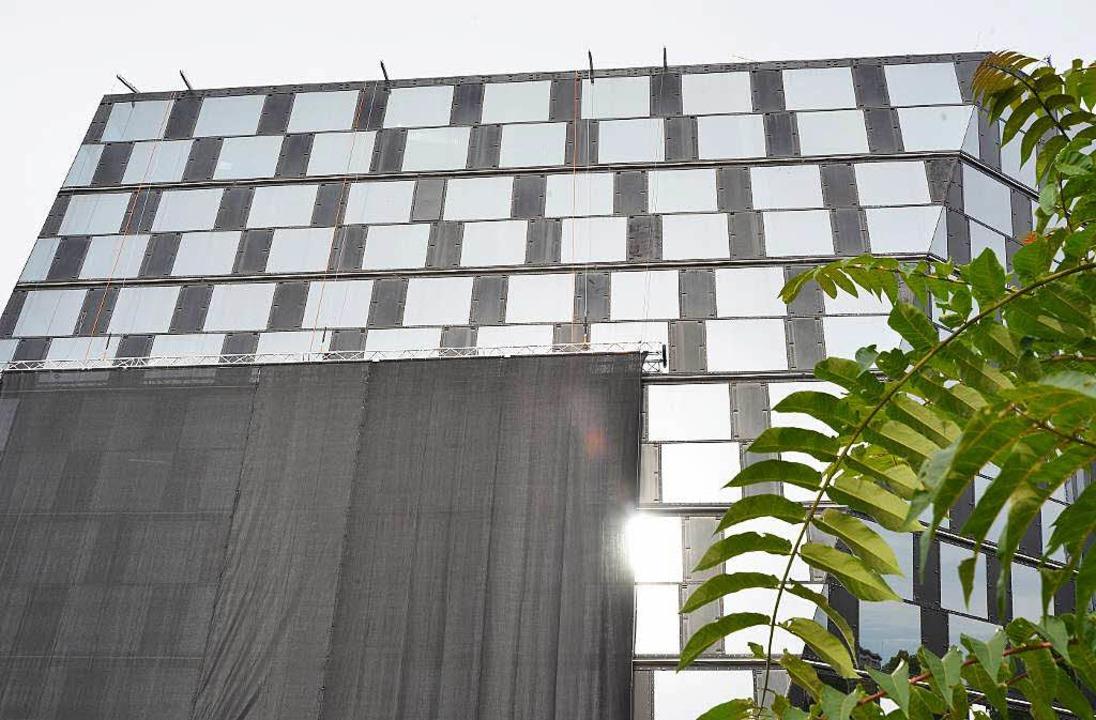 Zugehängt: Die Fassade der Freiburger UB.  | Foto: Michael Bamberger