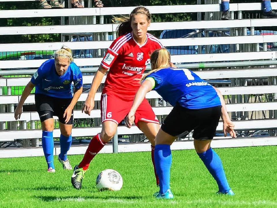 Rebekah Stott (am Ball) und der SC San...t. Dies wird sich in der Liga ändern.     Foto:  Udo Künster