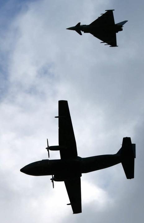 Eurofighter (oben) und Transall am Himmel über Rostock  | Foto: dpa