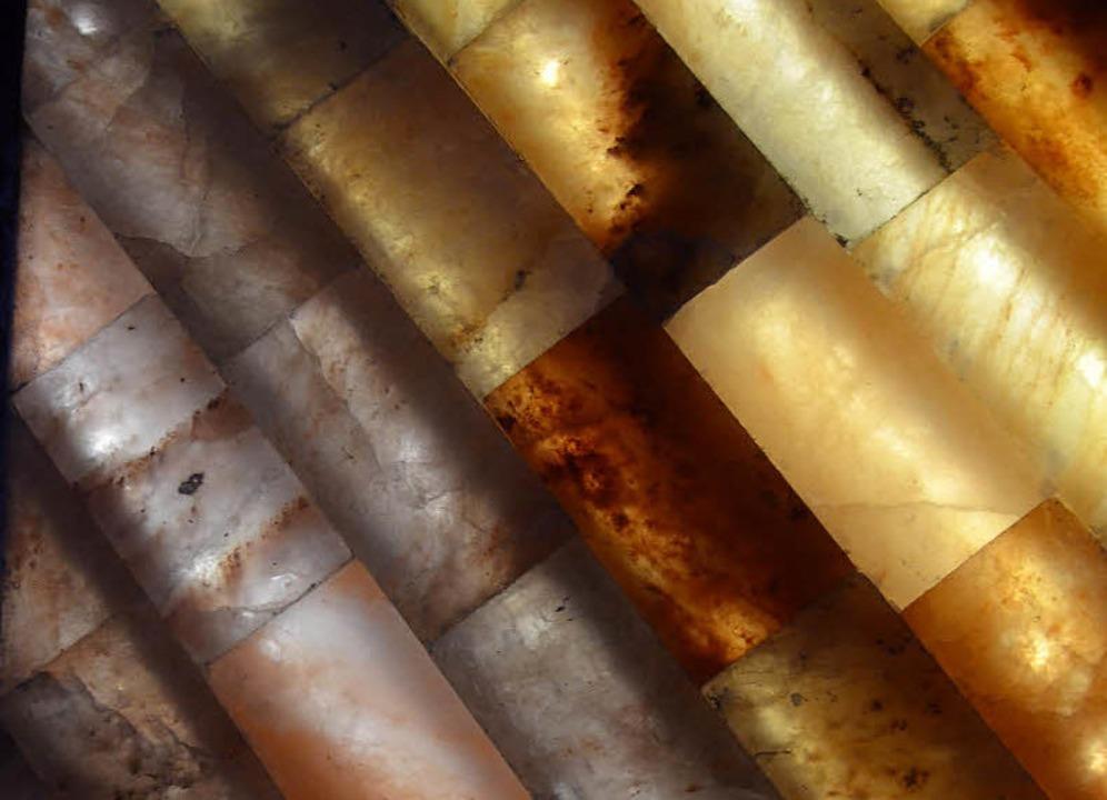 Salzgestein, das Gradierwerk und beleu...So farbenprächtig ist die Salzgrotte.   | Foto: Kathrin Blum
