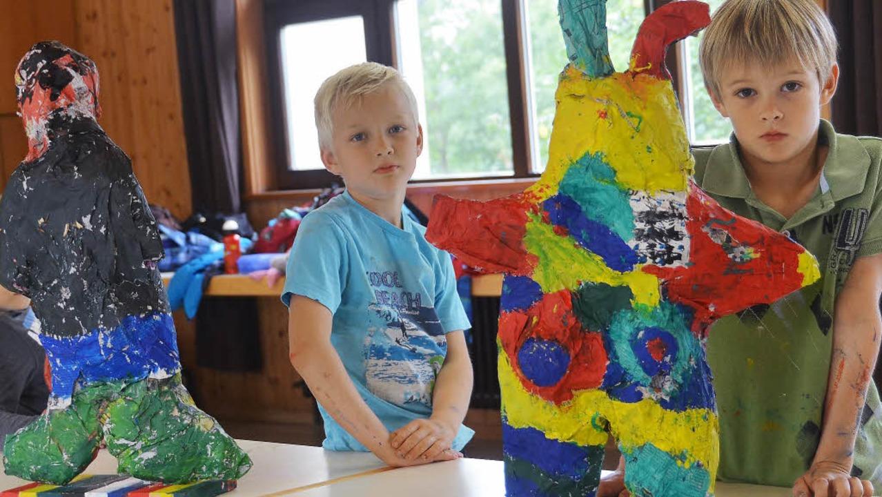 In allen Formen und Farben: Stolz präs... aus Zeitung gefertigten  Skulpturen.   | Foto: Ansgar Taschinski