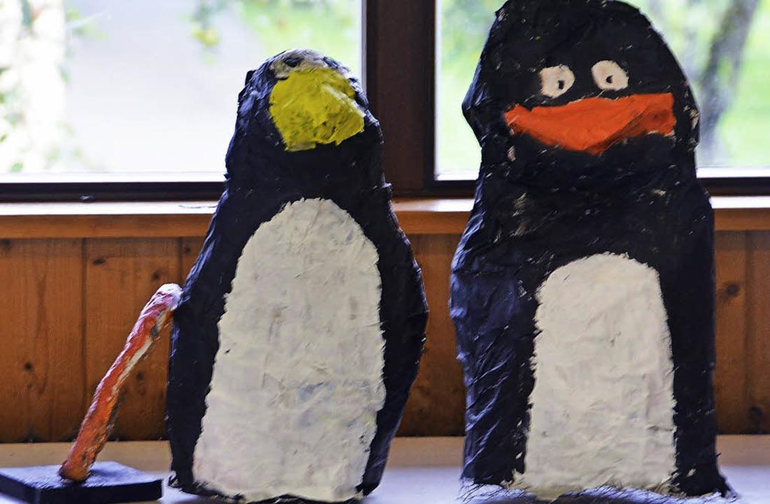 Das Lieblingstier als Nana: Zwei Pinguine aus Pappmaschee  | Foto: Ansgar Taschinski