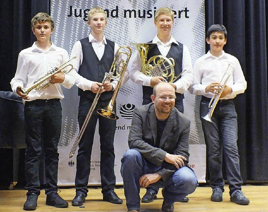 Bis zum Bundeswettbewerb bei Jugend mu... (kniend) mit ihnen einstudiert hatte.  | Foto: Margrit Matyscak