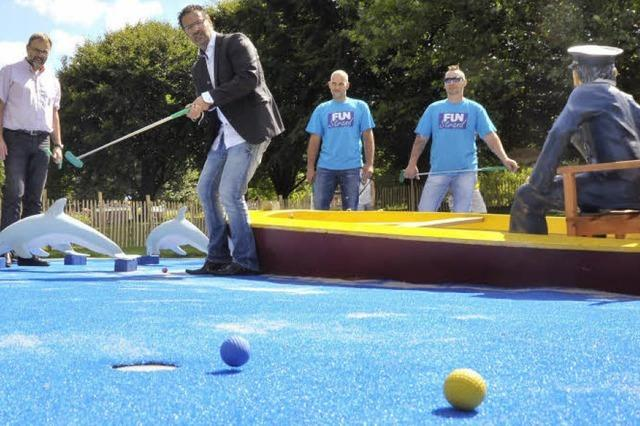 Minigolfanlage am Strandbad: Die Greens sind wasserblau