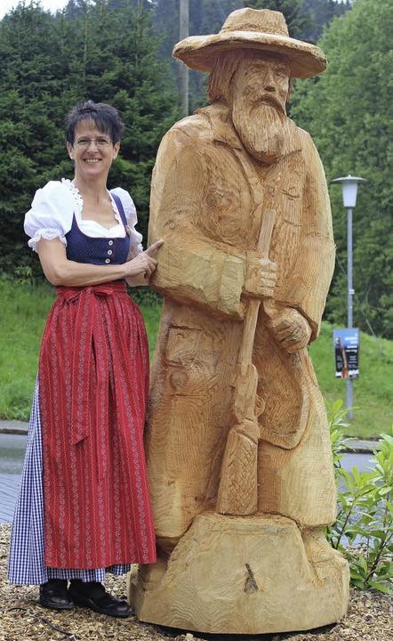 Angelika Wollenzien neben der neuen Skulptur des Lochheiri auf dem Vorhof.   | Foto: l. denz
