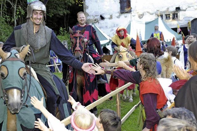 Stolze Ritter messen hoch zu Ross ihre Kräfte