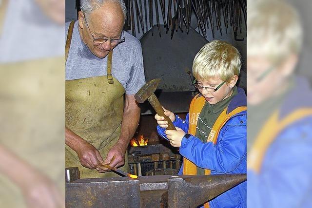 Kinder bearbeiten das heiße Eisen