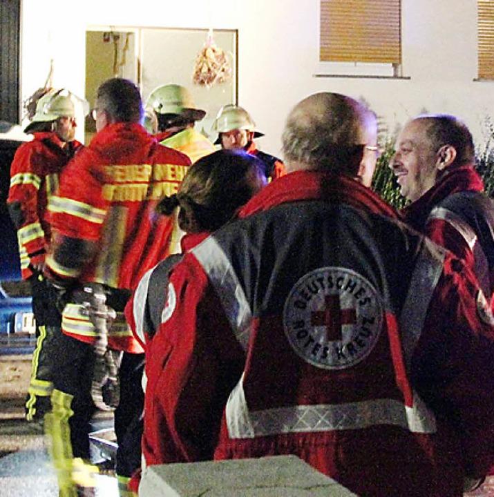 Etliche Feuerwehrleute und Helfer des ...Kreuzes  waren vor Ort in Gottenheim.   | Foto: Horst David