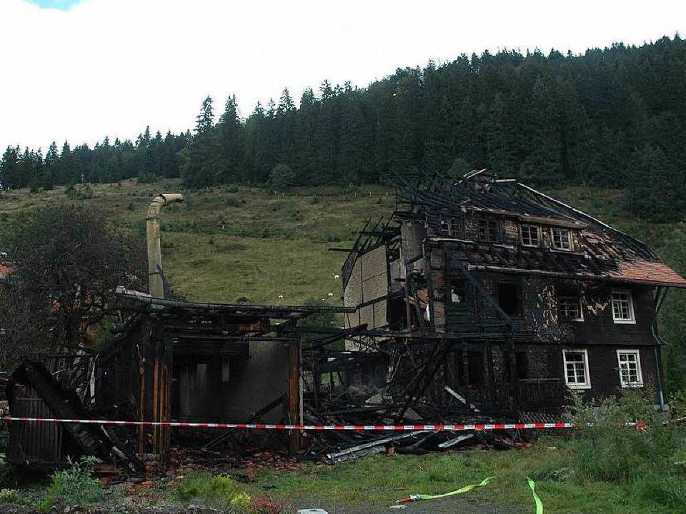 Keine Chance hatte die Feuerwehr, das brennende Bauernhaus zu retten.    Foto: Christiane Sahli