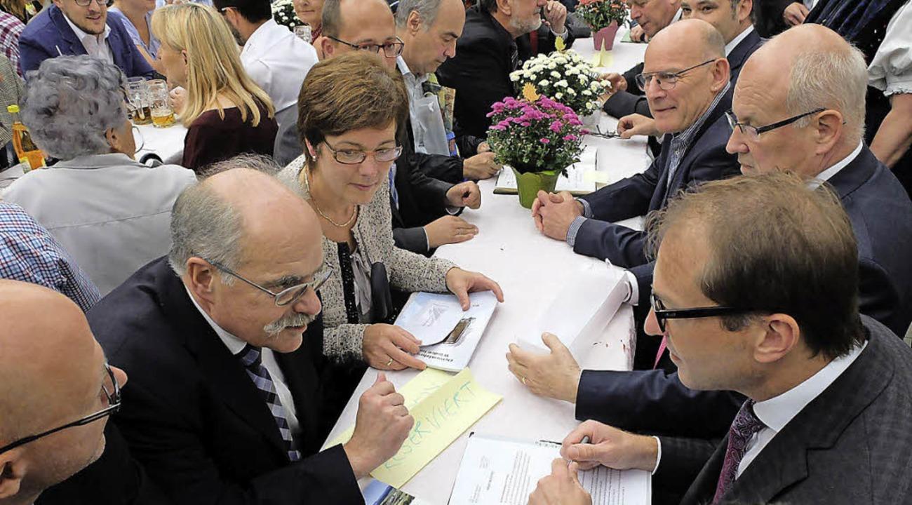 Treffen in Dunningen: Bürgermeister Cl...obrindt (CSU) (von links) im Gespräch     Foto:  BÜrgerinitiative
