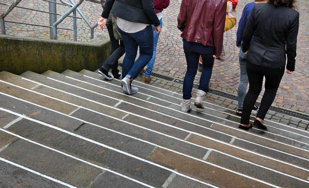 Gut zum Gehen, die Rathaustreppe mit weißer Stufenmarkierung     Foto: Ingrid Böhm-Jacob