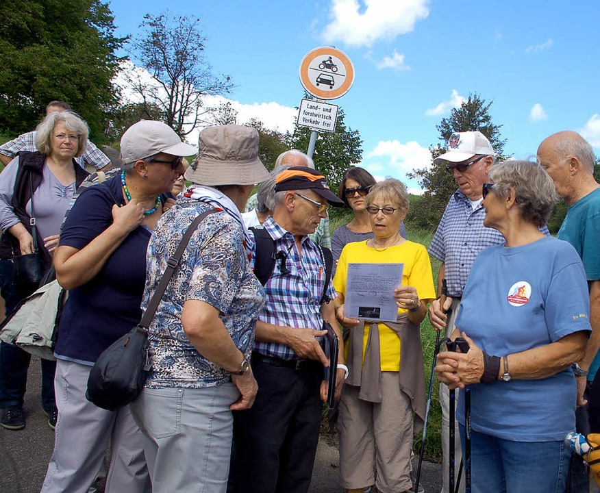 Ortsvorsteher Reinhard Börner (Mitte) ...rend der Brunnen- und Quellenführung.   | Foto: Petra Wunderle