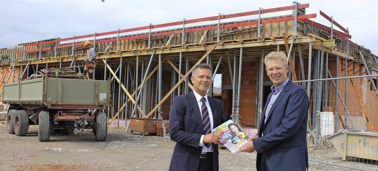 Gebietsleiter Freddy Hitz (links) info...tand der Bauarbeiten  am Netto-Markt.   | Foto: Mario Schöneberg