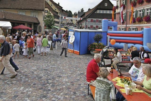 Ein Marktplatz rund um Kirche und Rathaus