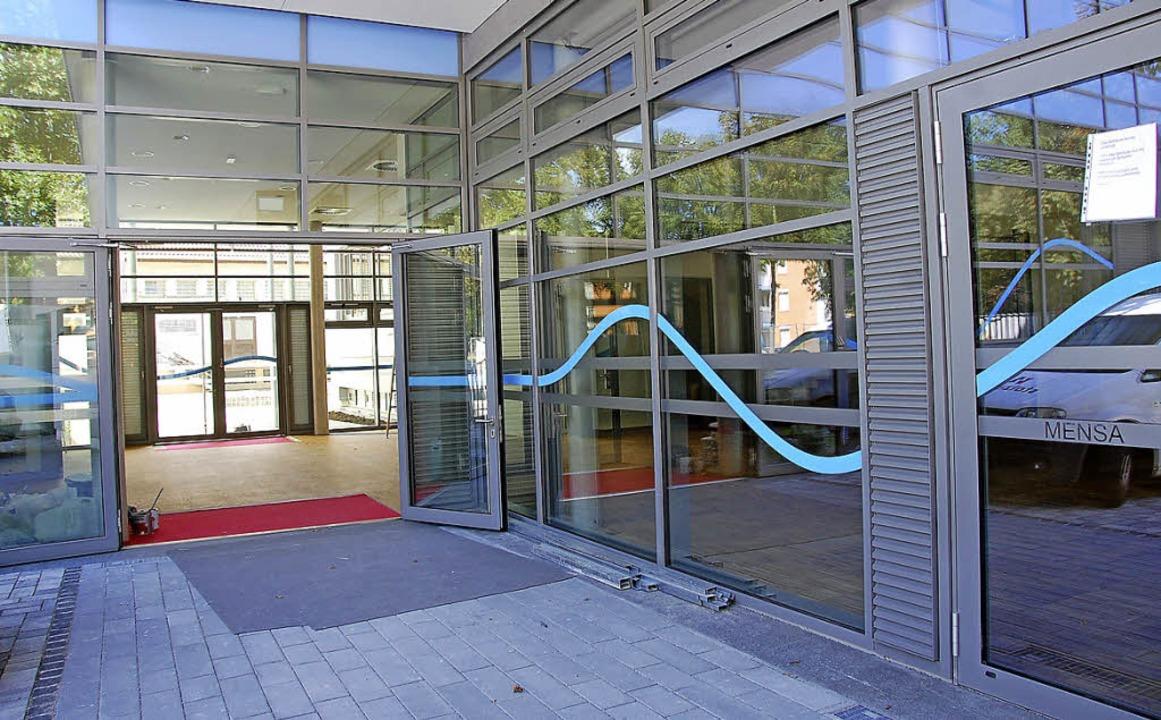Der Umbau kommt gut voran. Ein blaues ...t- mit dem Neubau an der Rheinschule.   | Foto: FREY