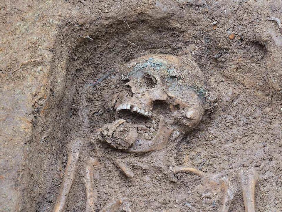 Spuren einer  Grabkrone sind  sichtbar.  | Foto: Max Schuler