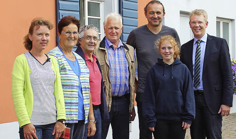 Bürgermeister Christian Riesterer mit ...he Hagios und Helga Präg (von rechts)   | Foto: Mario Schöneberg