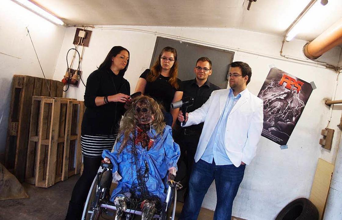Keine Angst, nicht echt: Das Skelett b...ab und Achim Lützelschwab (von links).  | Foto: zvg