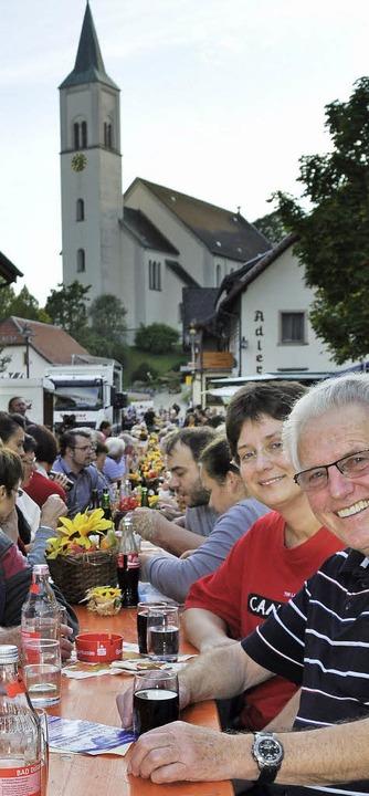 Die Plätze an der langen Tafel im Rickenbacher Ortskern waren heiß begehrt.  | Foto: Lisa Koschorek
