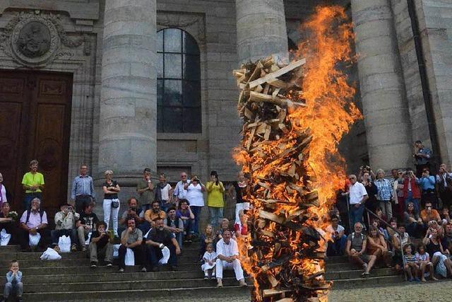 Holzkunst in St. Blasien – Publikumspreis und lodernde Flammen