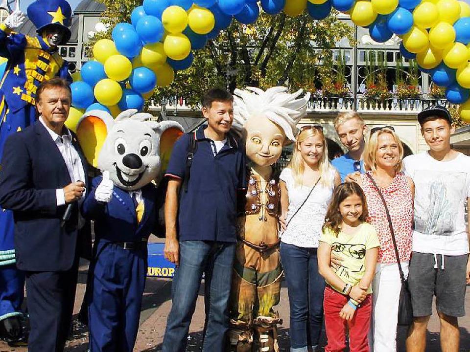Die 100 millionsten Besucher: Stefan W... Frau Monika und Sohn Liam (von links)  | Foto: Heidi Foessel