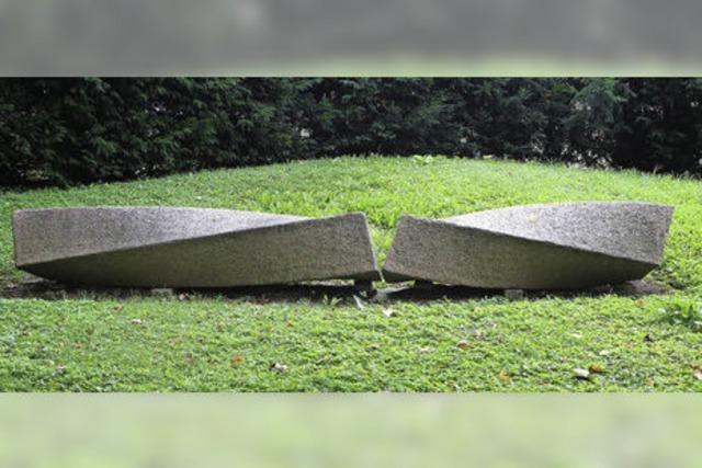 SKULPTUREN IN LAHR: Zwei gedrehte Steine aus rotem Granit
