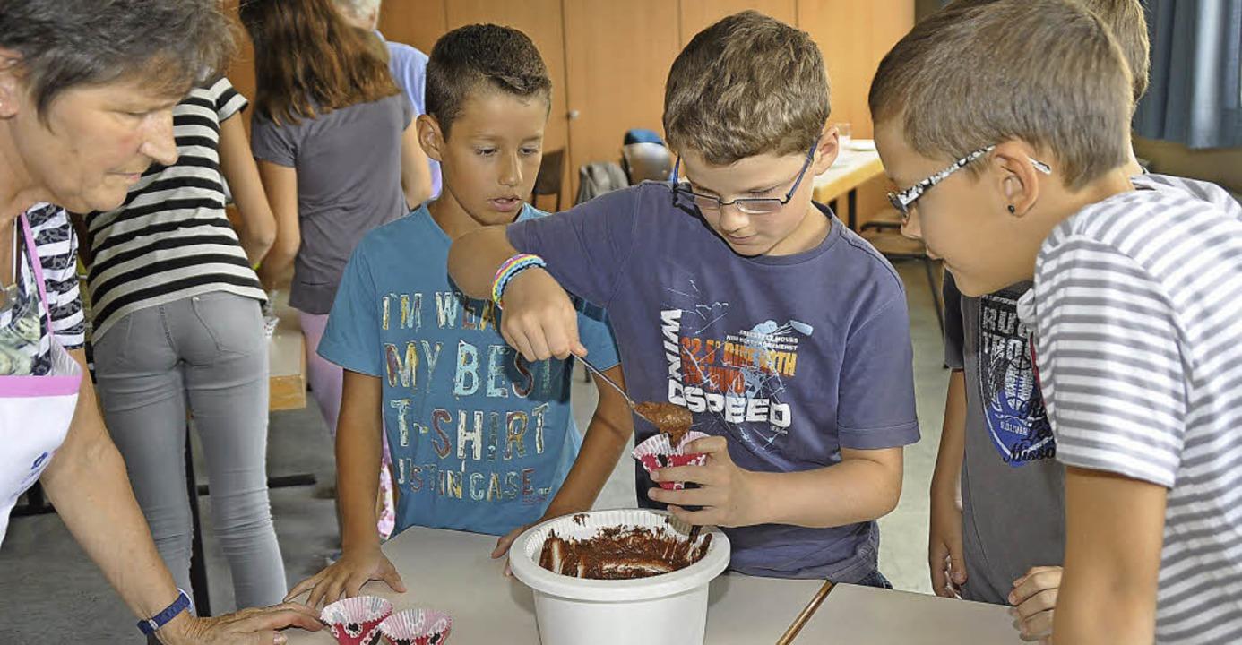 Am Backnachmittag hieß es volle Konzentration beim Füllen der Muffinförmchen.   | Foto: Julius Steckmeister