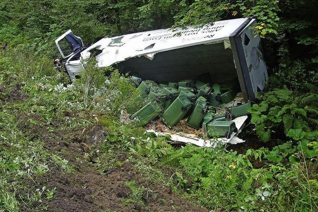 Lastwagen landet im Bachbett