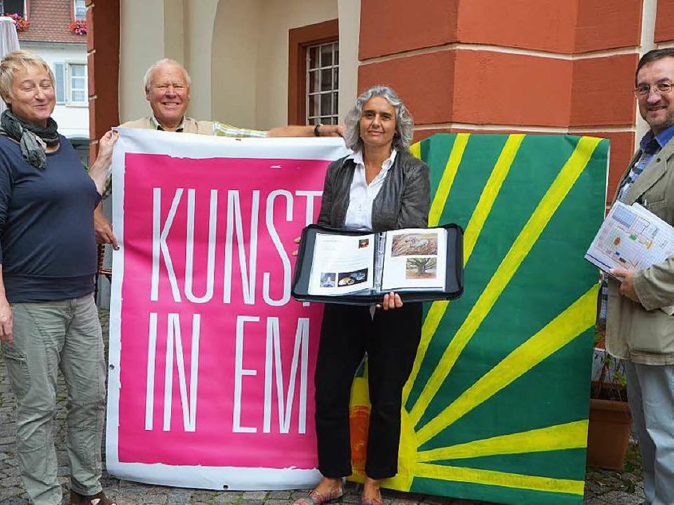 Vorbereitung auf die Aktion: Elisabeth...egeler haben das Material vorbereitet.  | Foto: Sylvia-Karina  Jahn